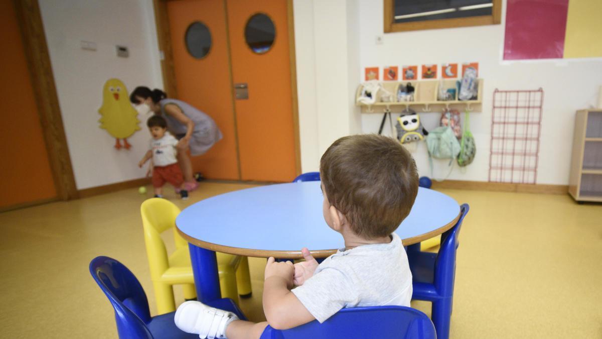 Dos niños, en una de las aulas de la escuela infantil El Lugarico de El Palmar este lunes