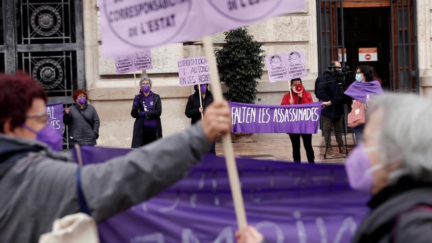 """Concentración por el 8M en València: """"En una emergencia social, el feminismo es esencial"""""""