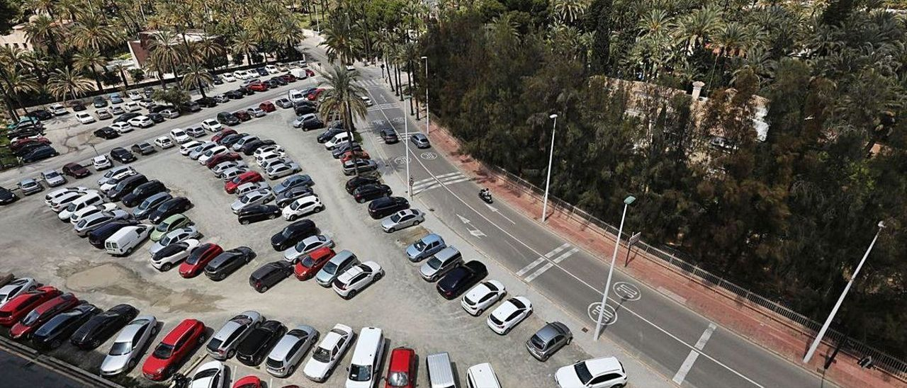 El aparcamiento de Facasa, donde hay estacionamiento gratuito y desordenado.   ANTONIO AMORÓS