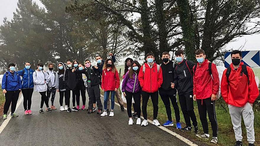 Jóvenes de Oleiros, de ruta de senderismo por Monfero