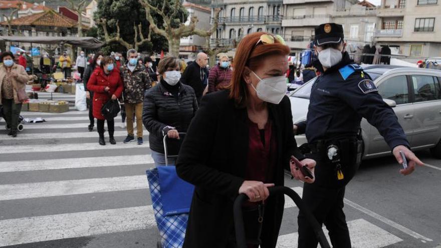 El control de aforos con vigilancia policial enoja a comerciantes de la plaza de Cangas por perder ventas