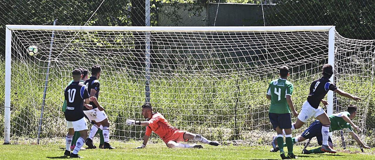 Fonseca, a la derecha, remata a la red uno de los dos goles que marcó ante el Colloto. | Irma Collín
