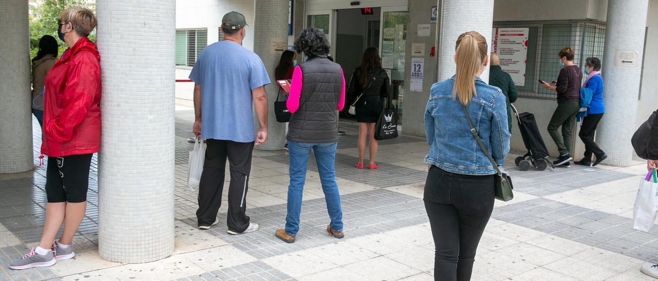 Pacientes hacen cola en un centro de salud de Alicante.