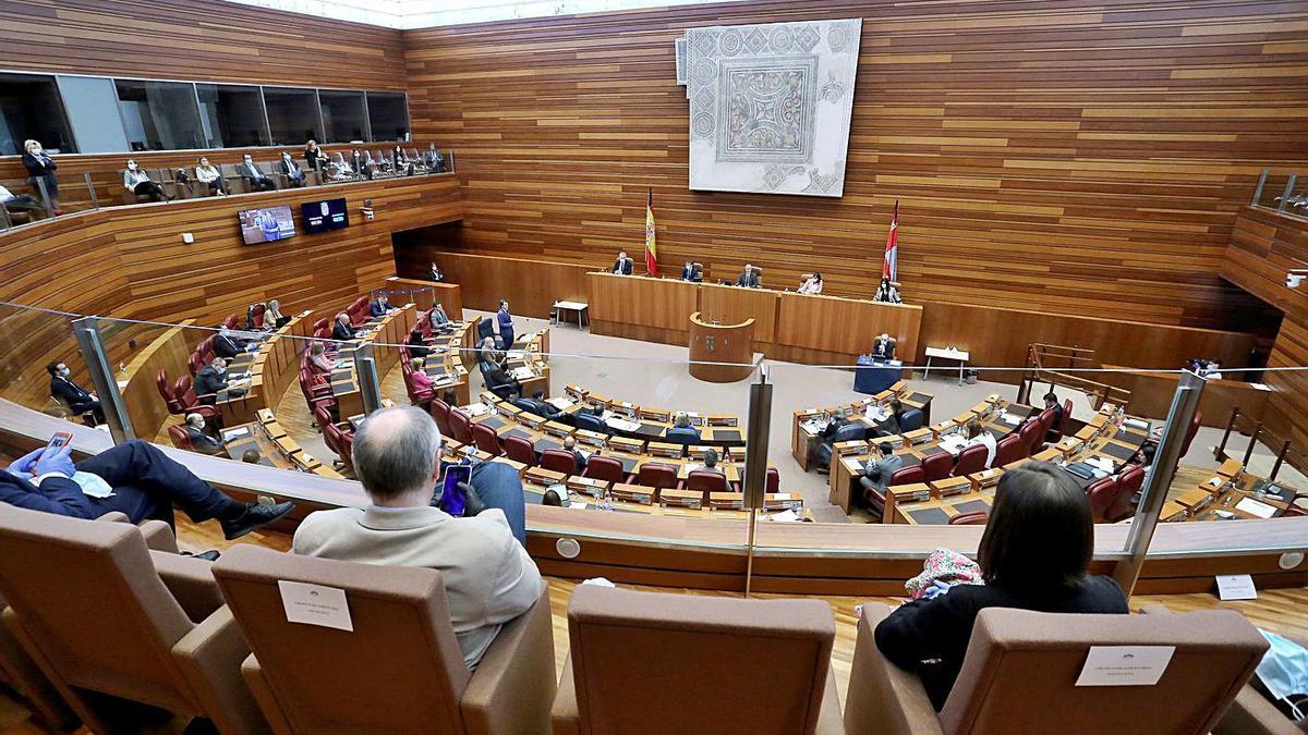 Vista general del hemiciclo durante una sesión plenaria en las Cortes de Castilla y León.