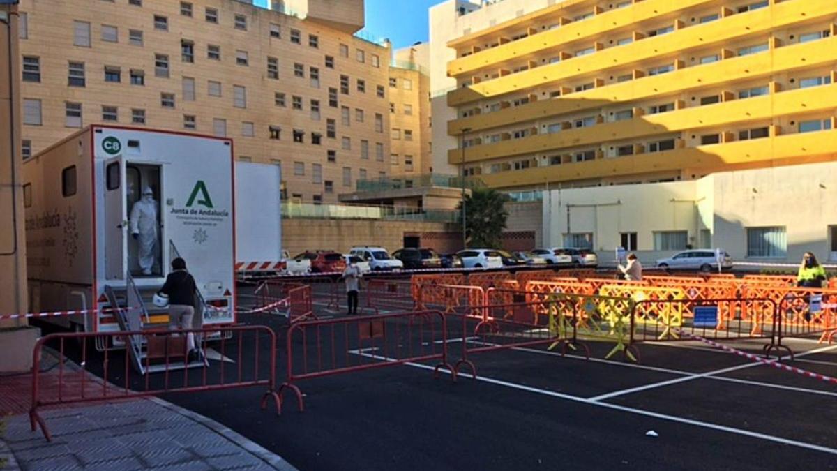 Un sanitario llama a un paciente para hacerle un test de antígenos contra el Covid ayer en Marbella.