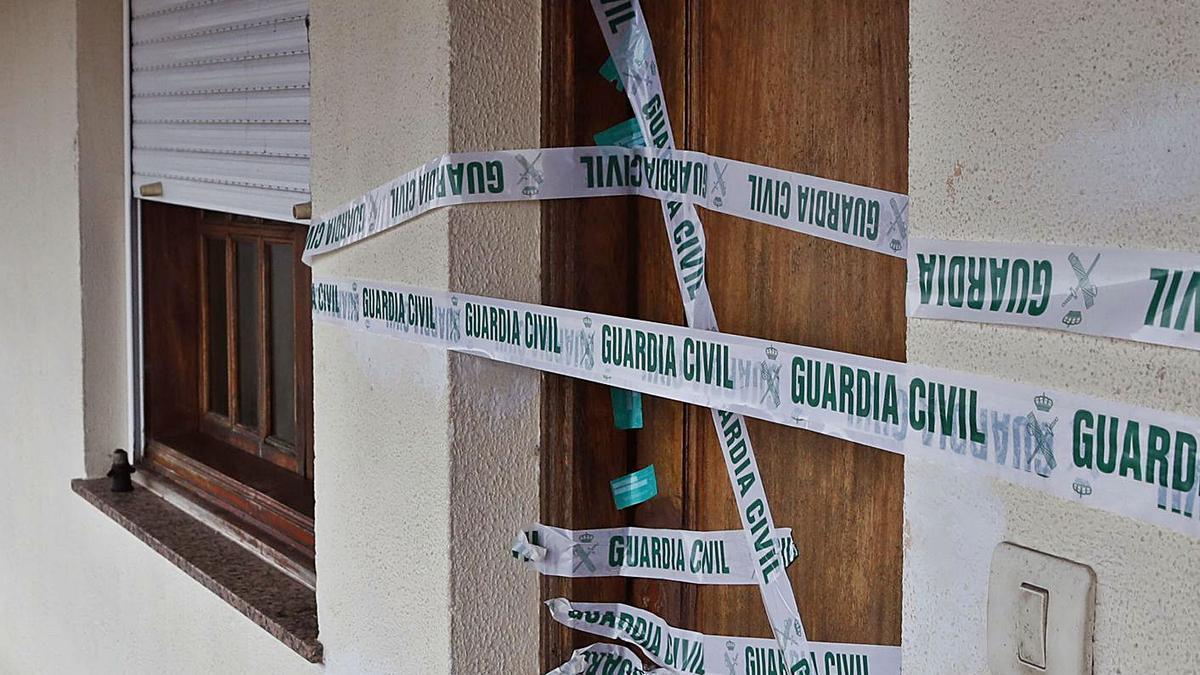 Habitación precintada por la Guardia Civil.  // R. GROBAS