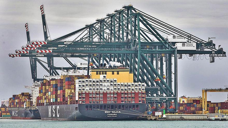 El bloqueo de Suez encarece aún más las exportaciones por barco