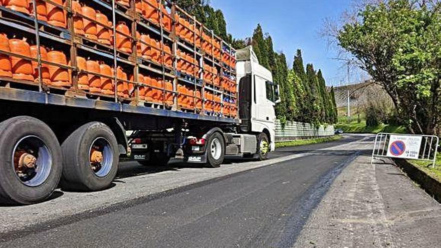 El Concello repara el firme de la avenida del Butano, que estaba muy deteriorado