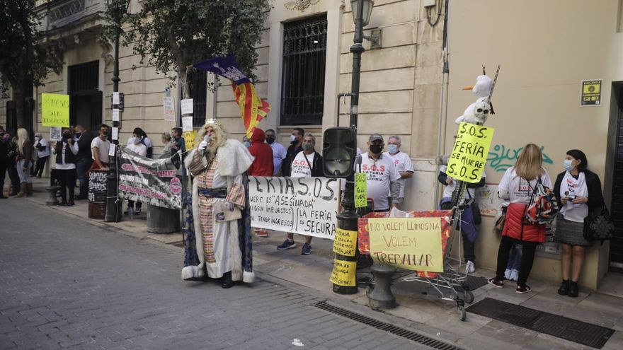 Los Reyes Magos leen a Armengol las cartas de protesta de los feriantes sin trabajo