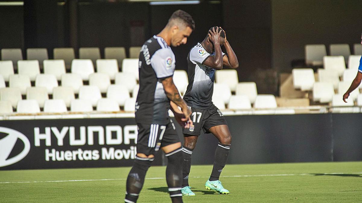 Mo Dauda y Rubén Castro se lamentan por una ocasión en un partido. | IVÁN URQUIZAR