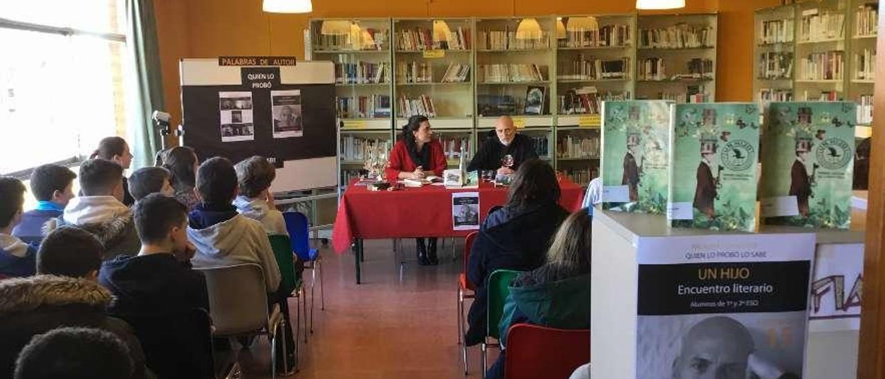 Marisa García, ayer, con Alejandro Palomas, en un momento de la charla.