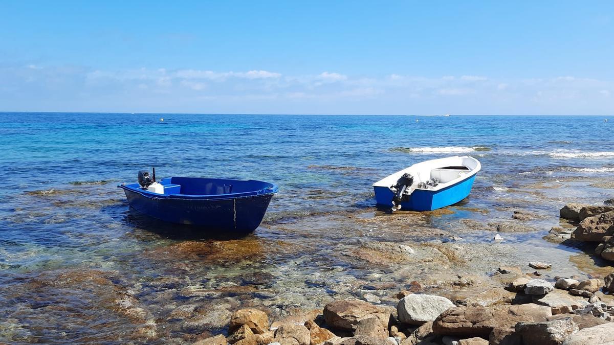 Las dos pateras, varadas en la costa de la Manzanera de Calp