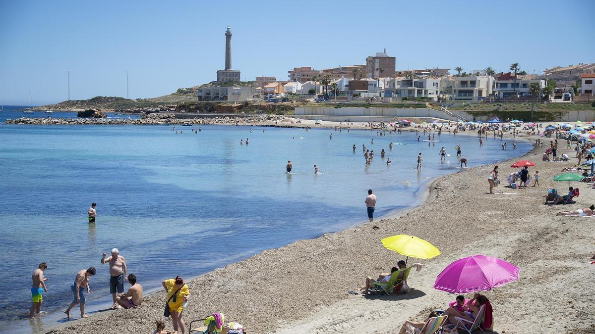 Varias personas en la Playa de Levante, en la Manga del Mar Menor.