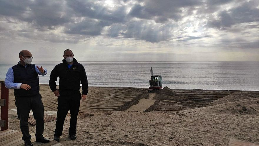 Mijas pone sus playas a punto para Semana Santa