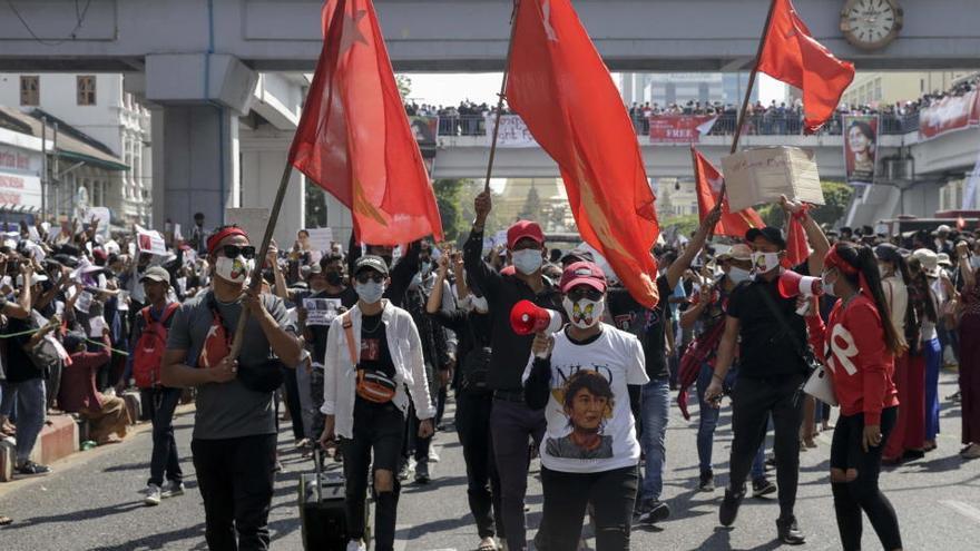 Tensión entre la Policía y los manifestantes en las protestas contra el golpe en Birmania