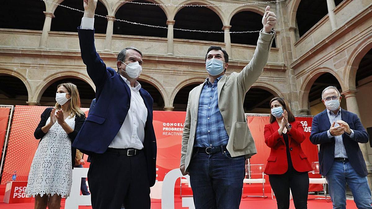 Gonzalo Caballero, a la derecha en primer plano, junto a Abel Caballero, ayer en Santiago. |   // LAVANDEIRA JR.