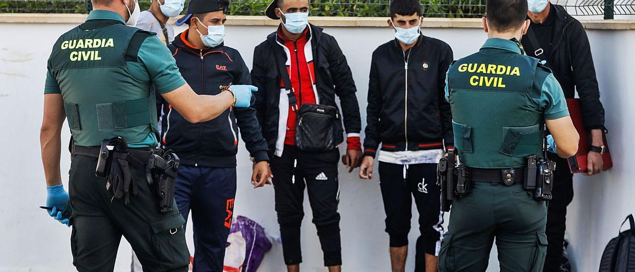 Un grupo de argelinos recién llegados en patera a la zona de Platja d'en Bossa en octubre del año pasado. | ZOWY VOETEN