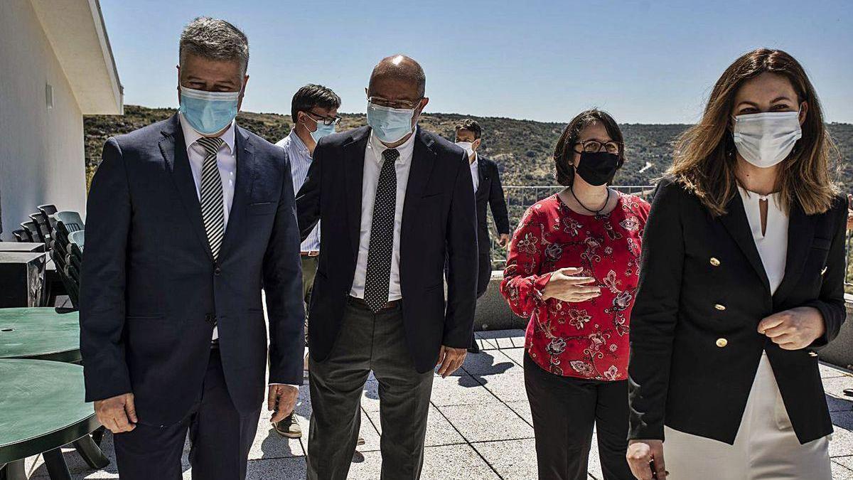 Francisco Igea, junto a los representantes portugueses, en Miranda do Douro.