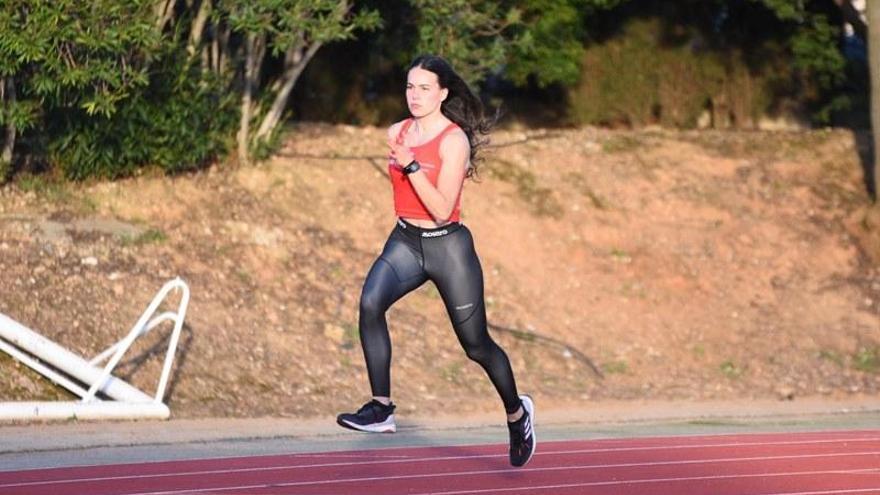 Carmen Avilés corre hacia la medalla en el 400