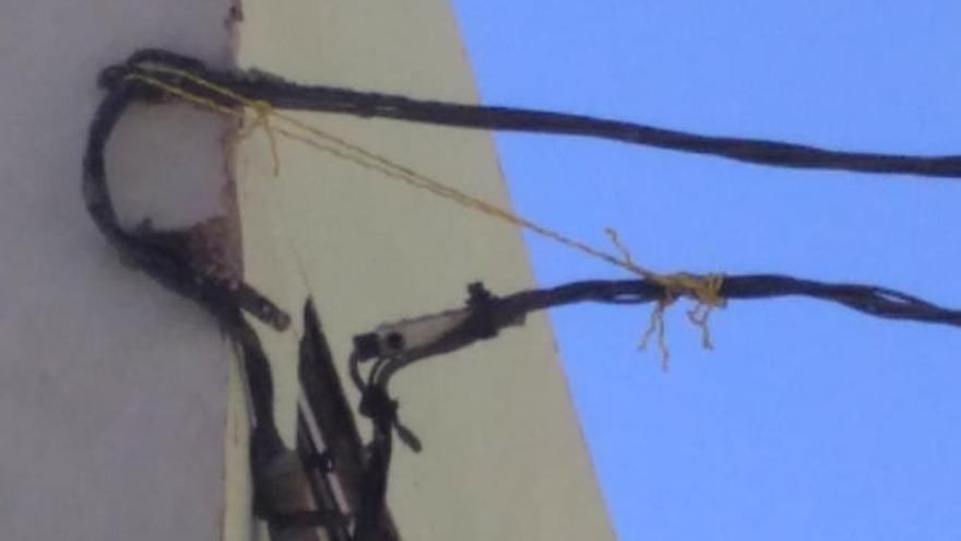 La caída de un cable de la red eléctrica hace crecer el malestar de los vecinos en Las Arenas