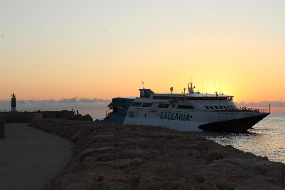 Un ferry con 400 pasajeros encalla en el puerto de Dénia
