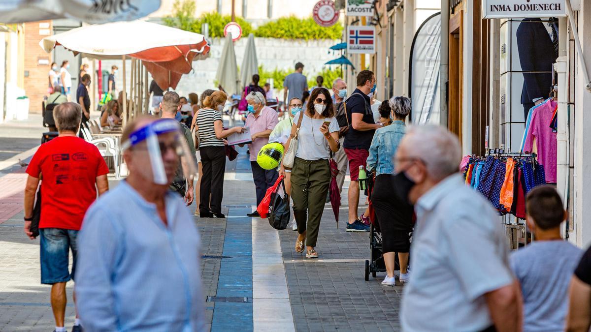 Vecinos de Dénia, pasean por las calles de la localidad con mascarilla y otros tipos de protección