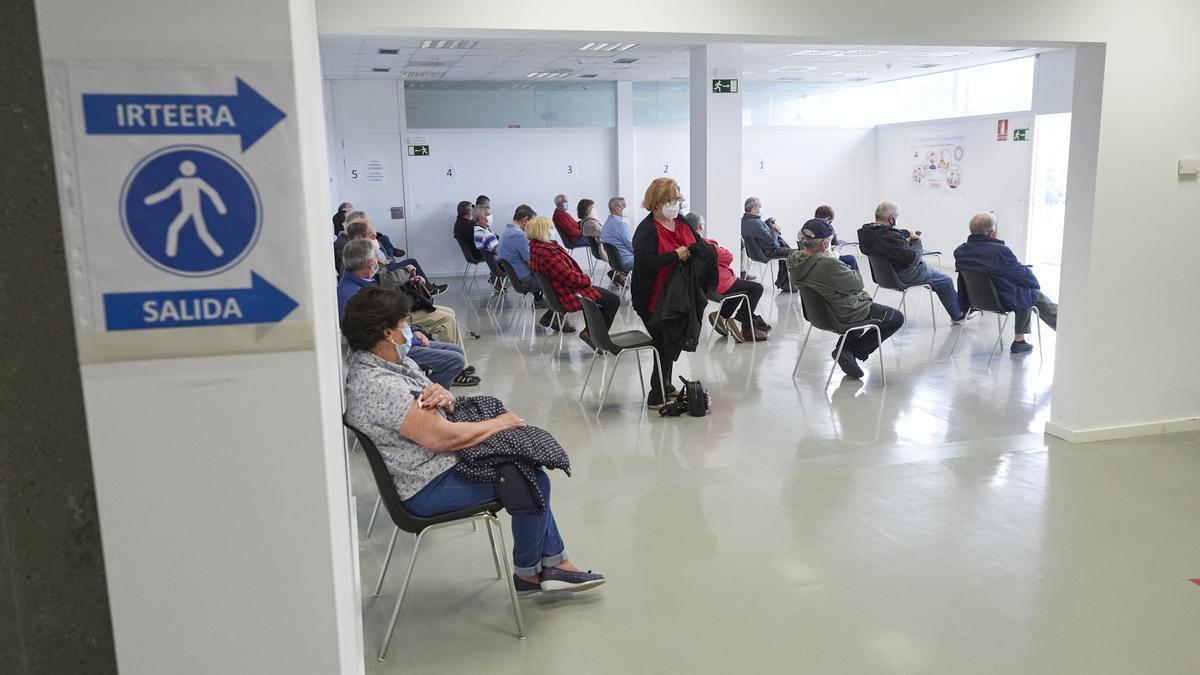 Varias personas esperan para recibir la vacuna de Janssen contra el Covid-19.