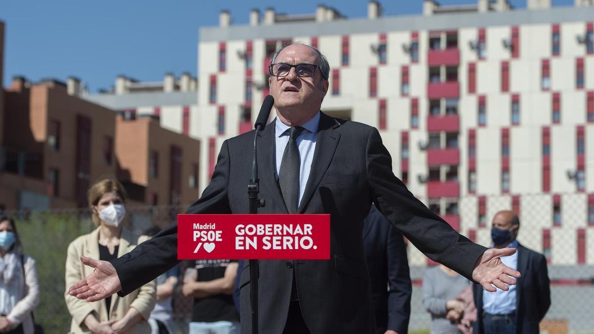 El candidato socialista a la Presidencia de la Comunidad de Madrid, Ángel Gabilondo, durante una visita al municipio de Parla.