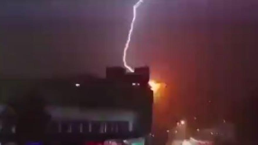 Un rayo impacta contra un edificio en Benidorm
