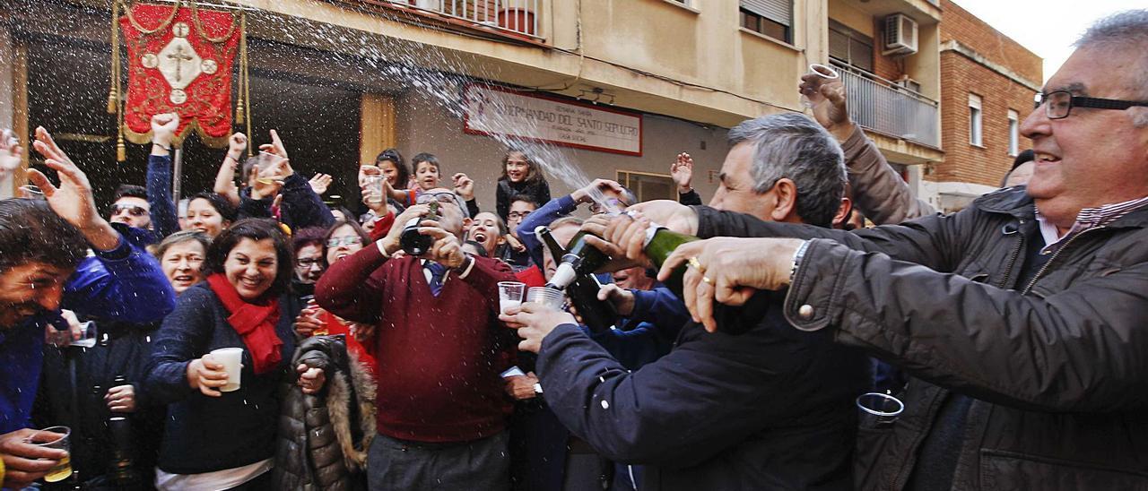 Integrantes del Santo Sepulcro, familiares y amigos celebraron el primer premio de la Lotería del Niño, en enero de 2017. | GERMÁN CABALLERO