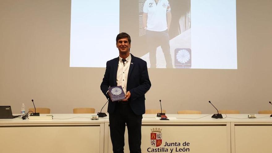 José Crespo González recoge su premio en la biblioteca de Segovia.