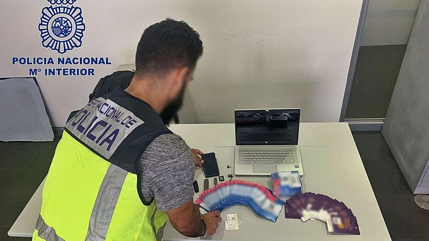 Detenido en Elche por acosar a mujeres con fotos porno desde 60 tarjetas prepago de telefonía móvil