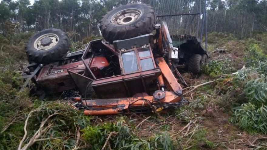 Fallece un hombre aplastado por un tractor cuando retiraba madera de eucalipto en un monte de Arca