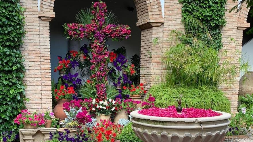 Coronavirus en Córdoba: Una cruz de mayo en el Palacio de Viana como homenaje a los trabajadores de servicios esenciales