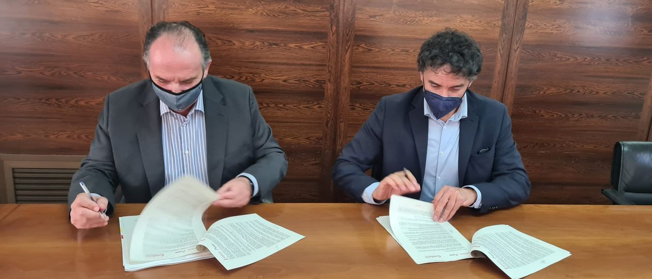 Francesc Colomer y josé Vicente Morata en la firma del convenio