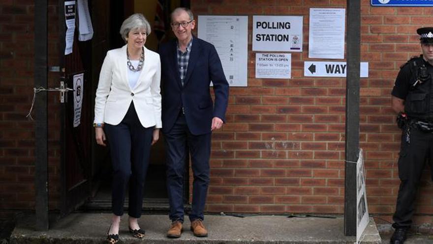 La última encuesta da la victoria a los conservadores de May por ocho puntos