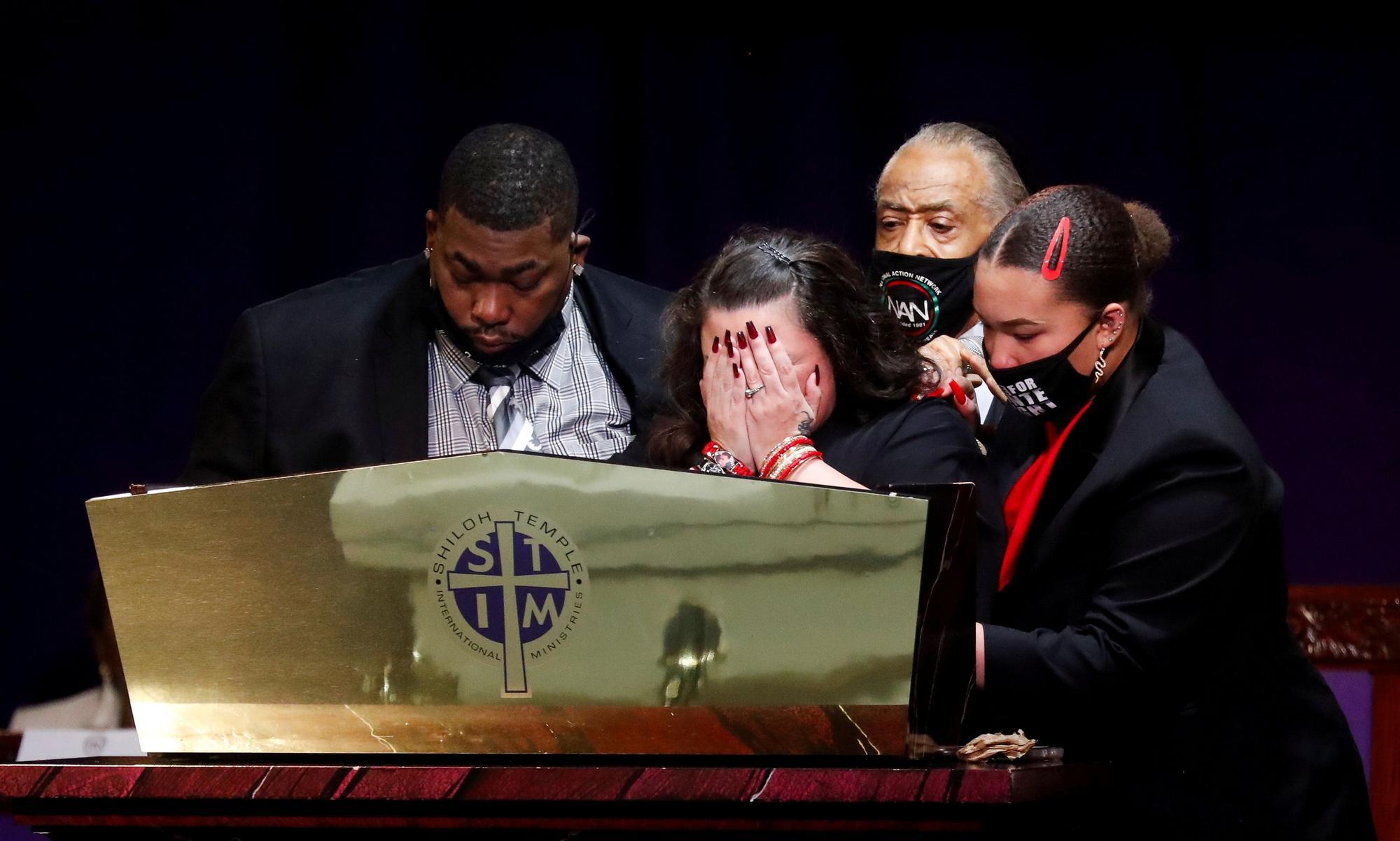 Familiares de Daunte Wright lloran en su funeral