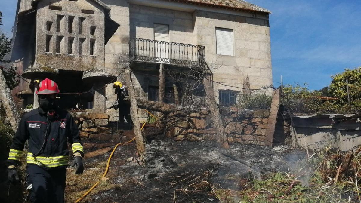 El fuego afectó a un hórreo dentro de la finca en Palmás.//Santos Álvarez