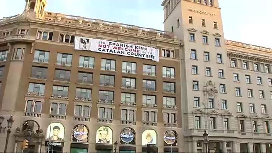 Independentistas despliegan dos pancartas contra el Rey