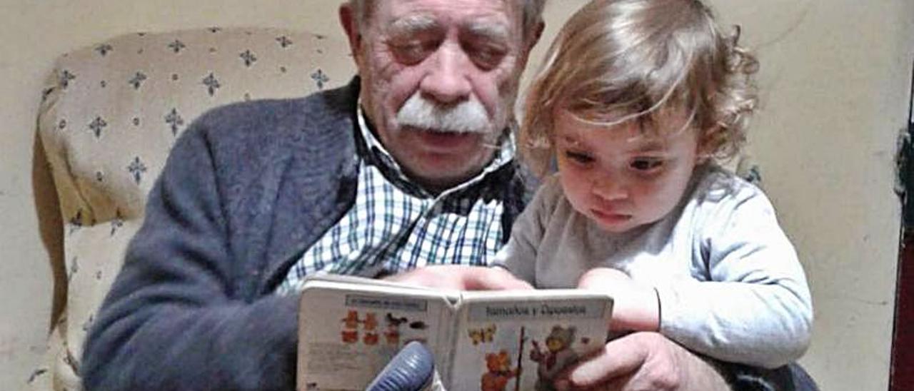 Adultos y niños disfrutan de los cuentos