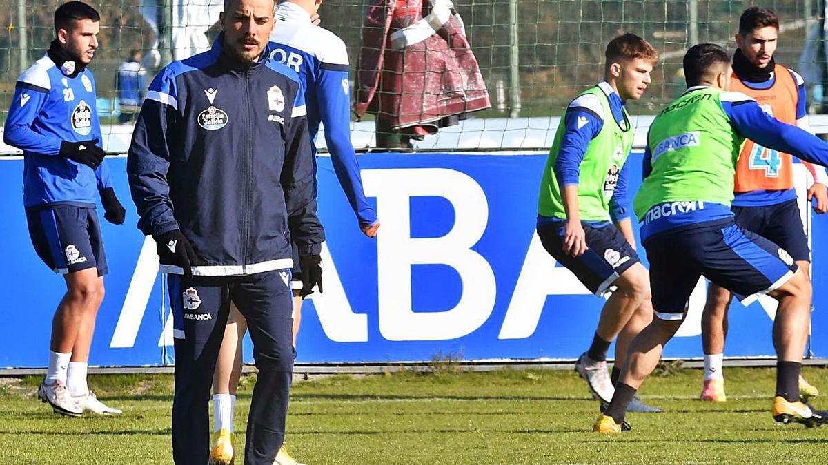 Rubén de la Barrera, ayer, durante el entrenamiento con varios jugadores al fondo.    // VÍCTOR ECHAVE