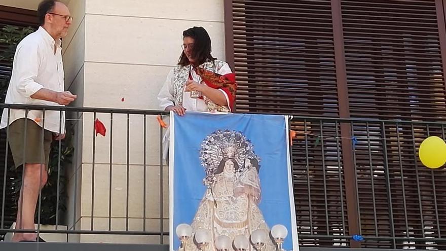 Muro celebra en los balcones el inicio de sus Fiestas de Moros y Cristianos