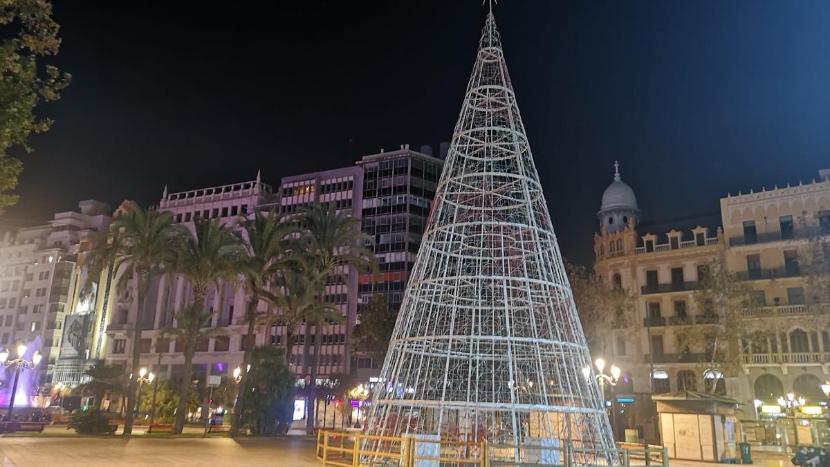 El árbol de Navidad, apagado.