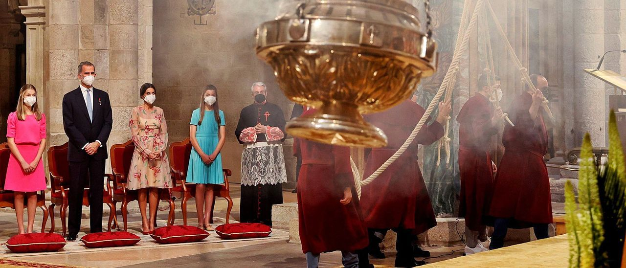 La Familia Real observa el botafumeiro en la catedral de Santiago al concluir la ofrenda al Apóstol.  | Efe / Ballesteros