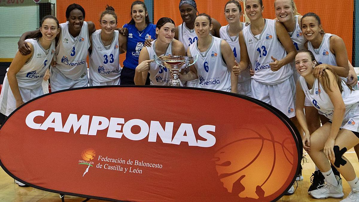 El Perfumerías Avenida con el primer trofeo de la temporada. | Ana Burrieza