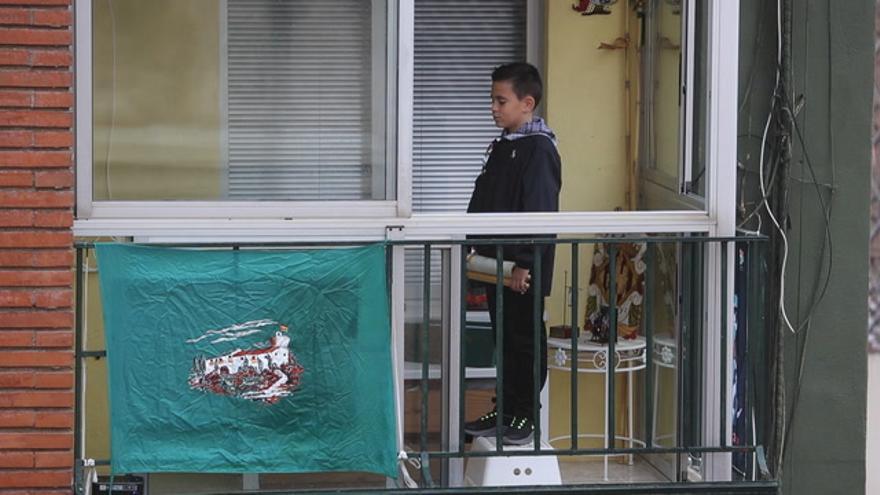 Marc Osorio recita desde su balcón el Pregó infantil