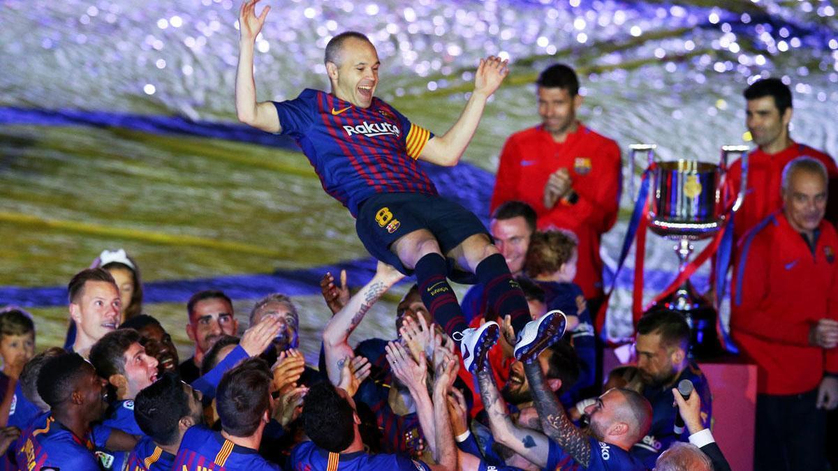 Andrés Iniesta, manteado por sus compañeros del FC Barcelona en mayo de 2018.