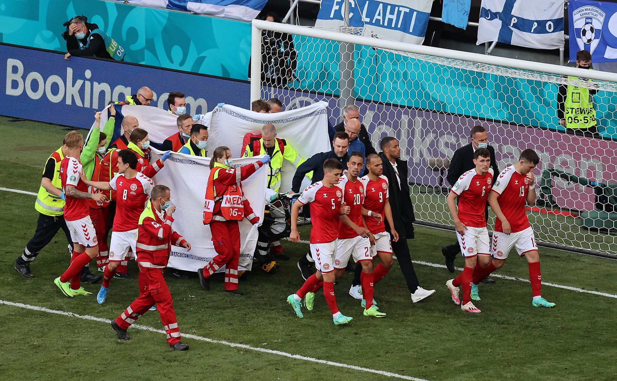 El fútbol contiene la respiración tras el desvanecimiento de Christian Eriksen