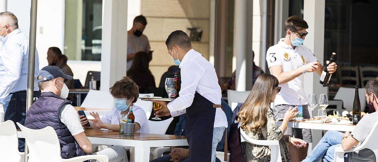 Un camarero en una terraza de Sanxenxo, Pontevedra