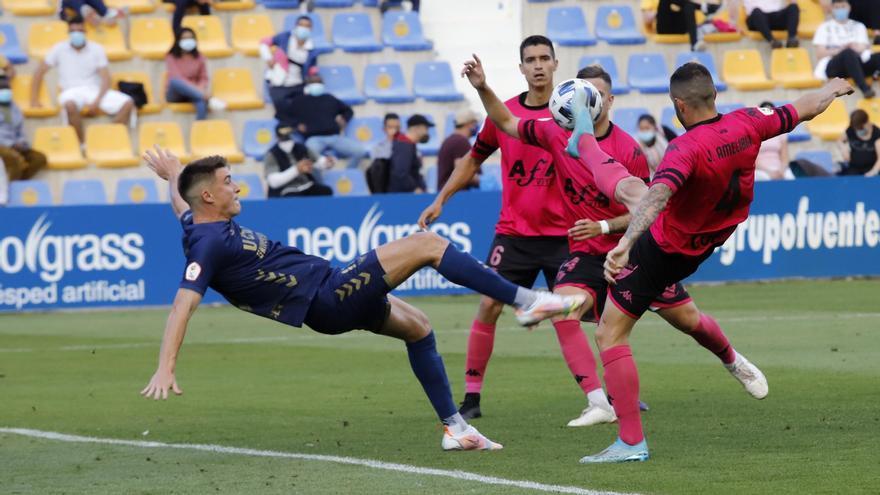 Jordi Sánchez intenta una chilena en el encuentro ante el San Fernando